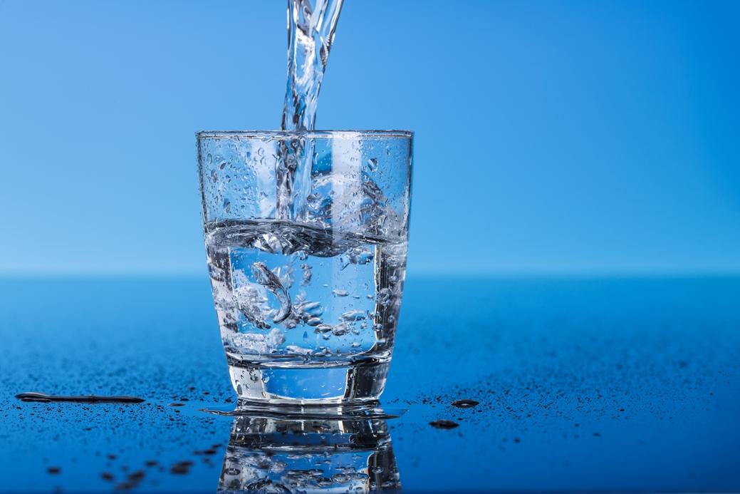 Apa in pahar